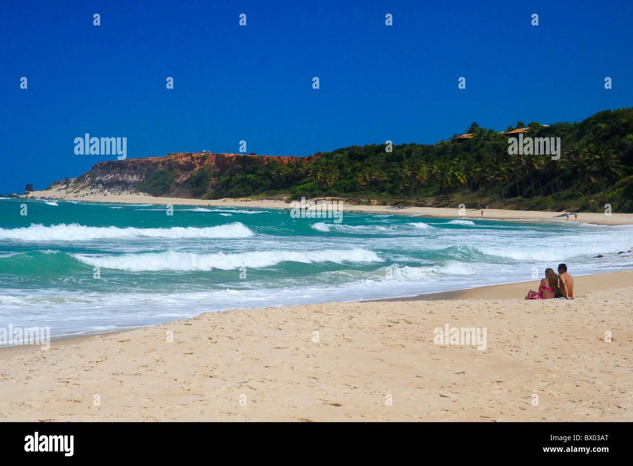 Pareja en Praia do Amor, Playa de Pipa, Brasil. Imagen De Stock