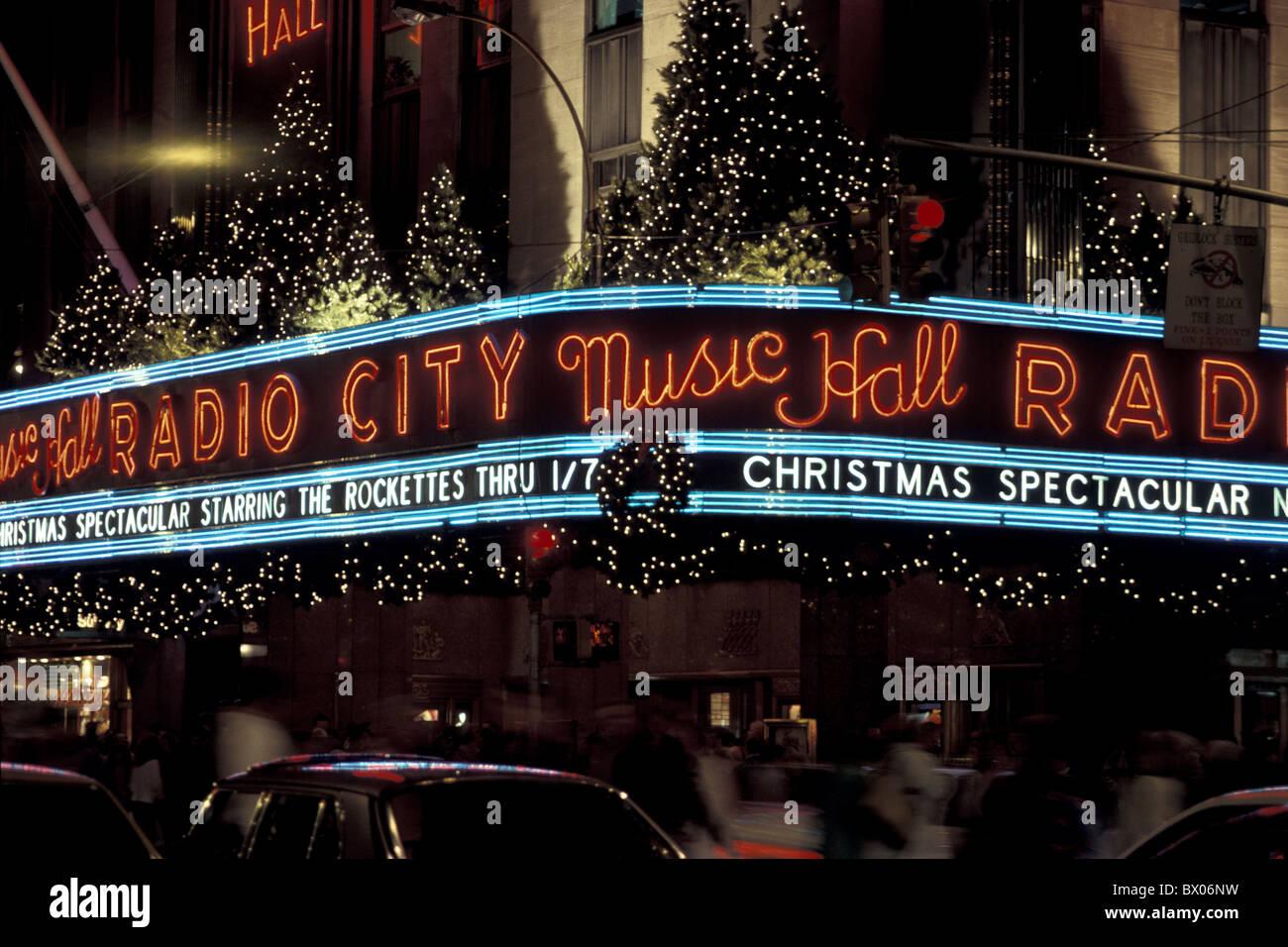 En la noche de Navidad luces neon neon Manhattan Nueva York noche Radio City Music resonante EUA América Unite Imagen De Stock