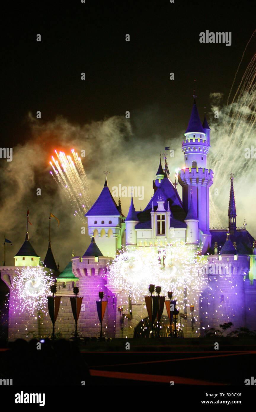 Fuegos artificiales iluminan el Sleeping Beauty Castle, Fantasyland, Disneylandia de Hong Kong, la isla de Lantau, Imagen De Stock
