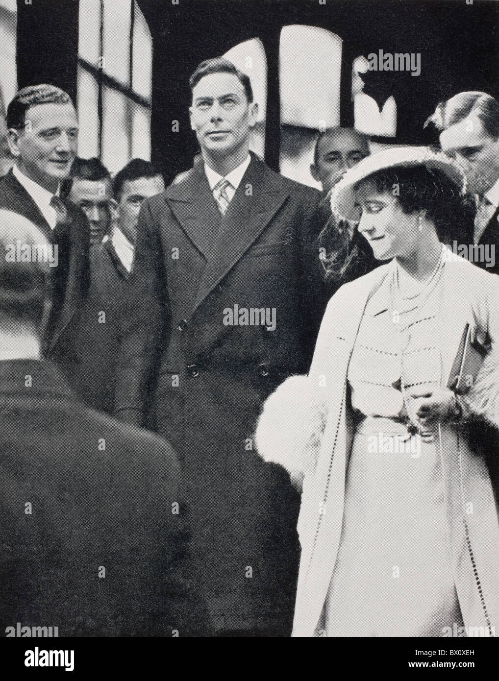 El rey George VI y la Reina Elizabeth dejando a la Abadía de Westminster tras su coronación el ensayo en 1937. Foto de stock