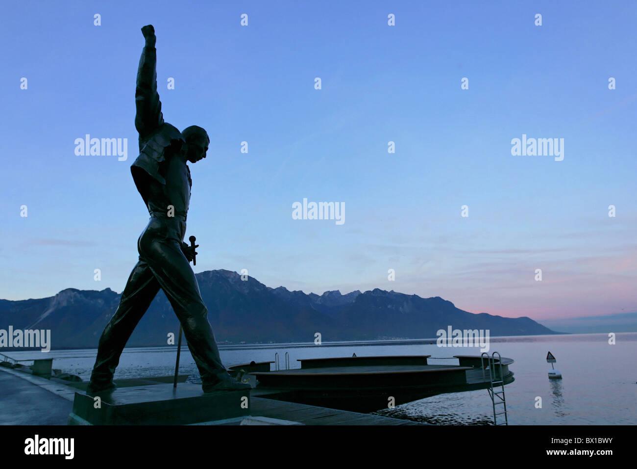 Freddie Mercury estatua monumento Reina cantante de música músico rock lago de Ginebra Lago Leman humor lake Foto de stock