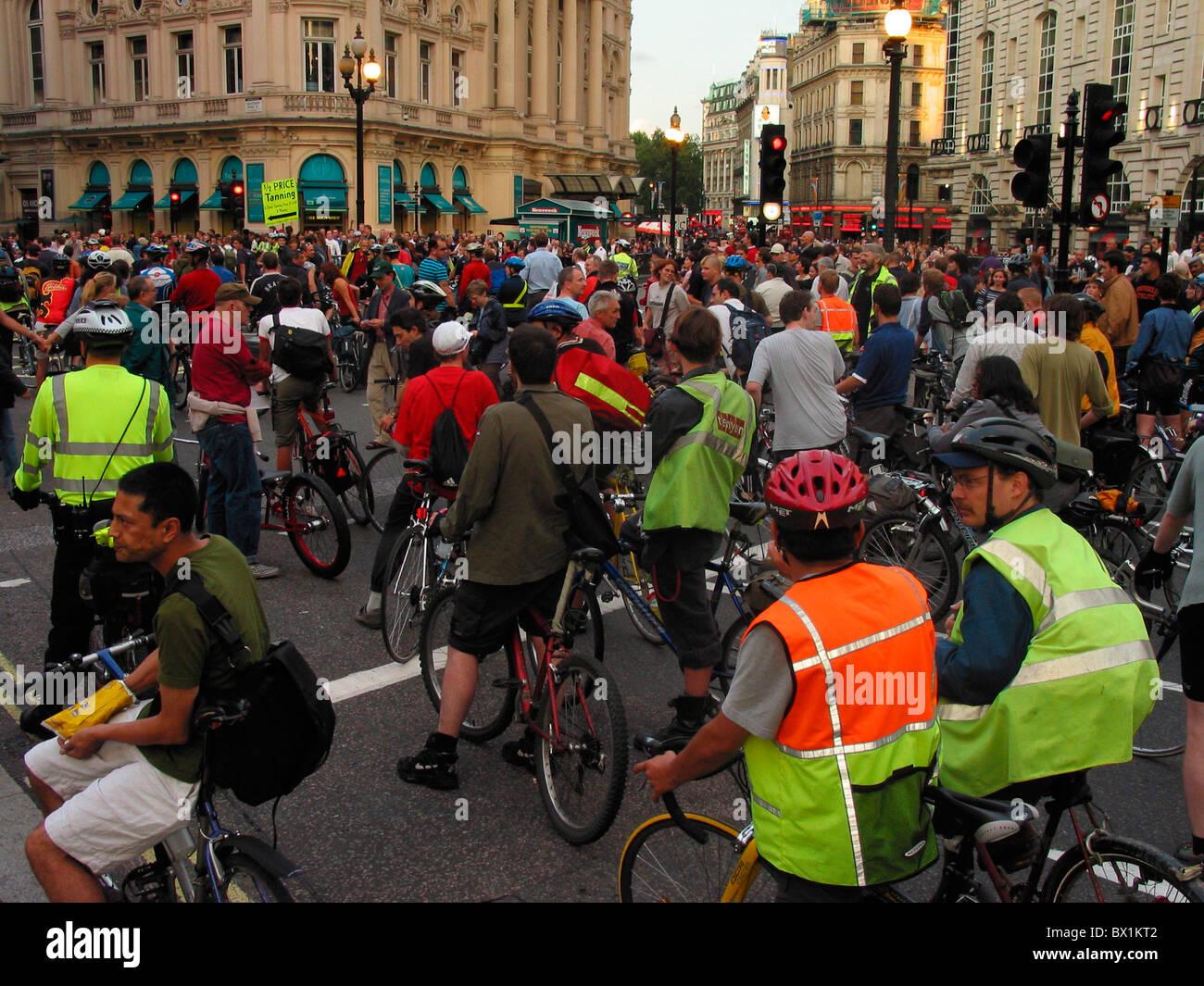 Demostrador de demostración demo bicicleta bicicleta bike rally traffic street de la ciudad de Londres, Inglaterra, Imagen De Stock