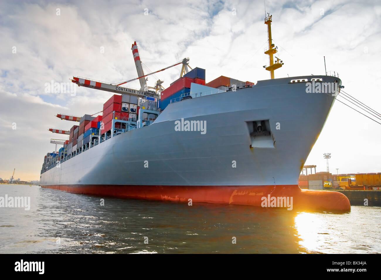Buque de carga carga con contenedores apilados en el puerto terminal Imagen De Stock