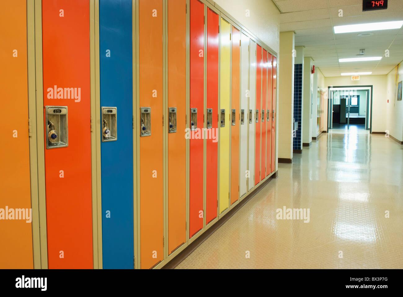 Una fila de taquillas en un pasillo de la escuela; Camrose, Alberta, Canadá Imagen De Stock