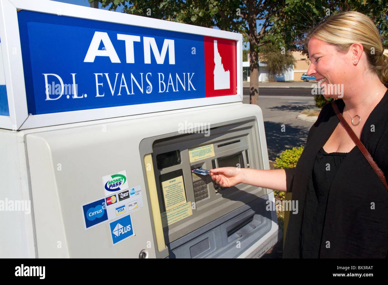 Mujer haciendo una retirada de efectivo en cajeros automáticos y en Boise, Idaho, USA. Señor Foto de stock