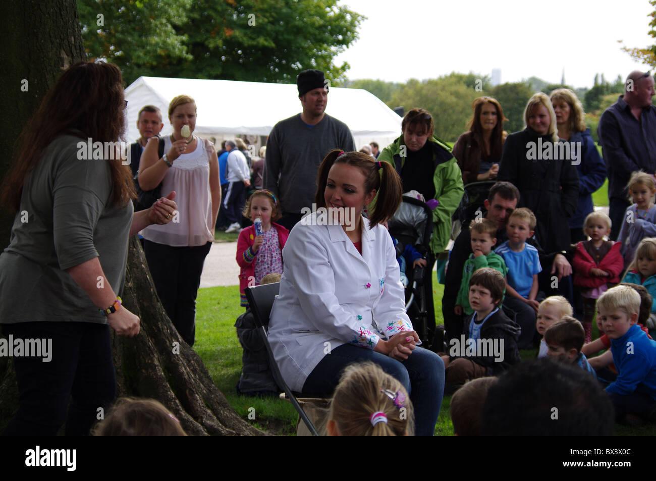 Katrina Bryan de Nina y las neuronas entretenimiento infantil en Heaton Park, Manchester Imagen De Stock