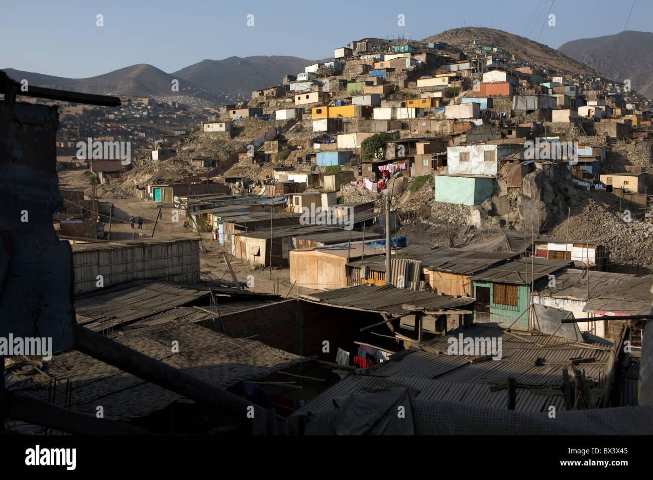 Barrio de chabolas en una colina - San Juan de Miraflores, Lima, Perú. Foto de stock