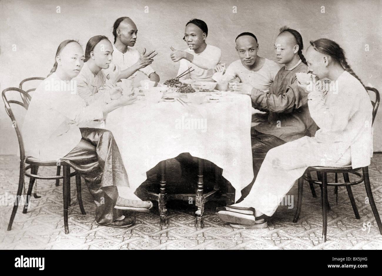 Personas, hombres, China, los hombres jóvenes almorzando, circa 1900, sillas de Thonet, modelo Nº 14, Imagen De Stock