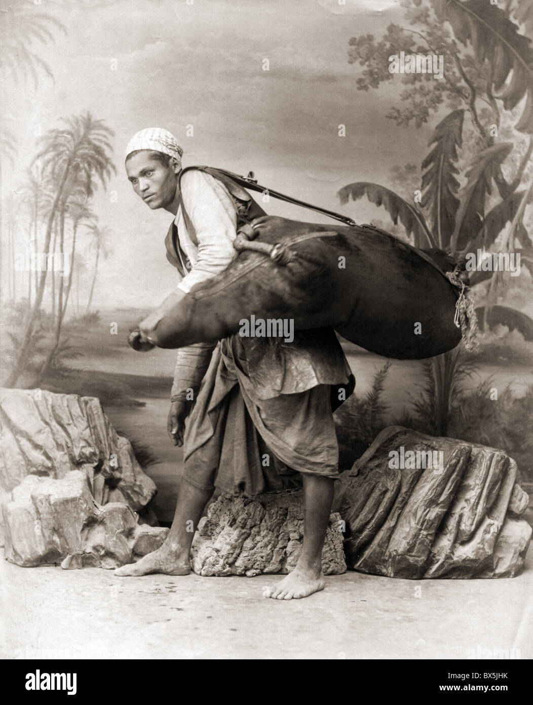 Personas, hombres, África, el hombre lleva un bolso, Foto de estudio por J. P. Sebah, de finales del siglo Imagen De Stock