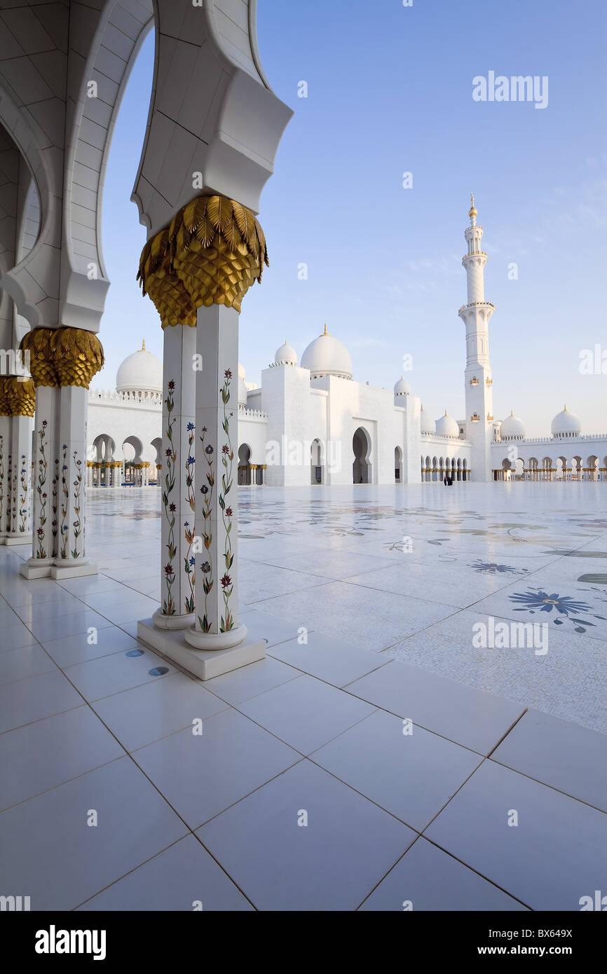 Columnas doradas del Jeque Zayed Bin Sultan Al Nahyan Mezquita, Abu Dhabi, Emiratos Árabes Unidos, Oriente Imagen De Stock
