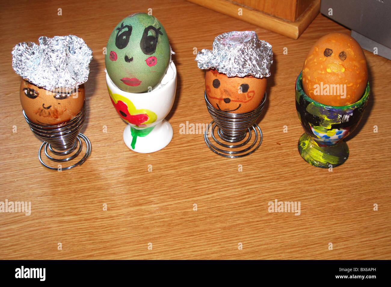 Decorado pintado hervidos en tazas de huevos de Pascua Foto de stock