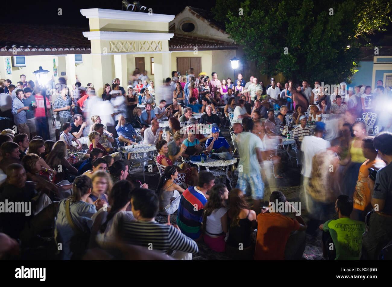 Viendo a la gente pasar música en vivo los pasos en la Casa de la Musica, Trinidad, Sitio del Patrimonio Mundial Imagen De Stock