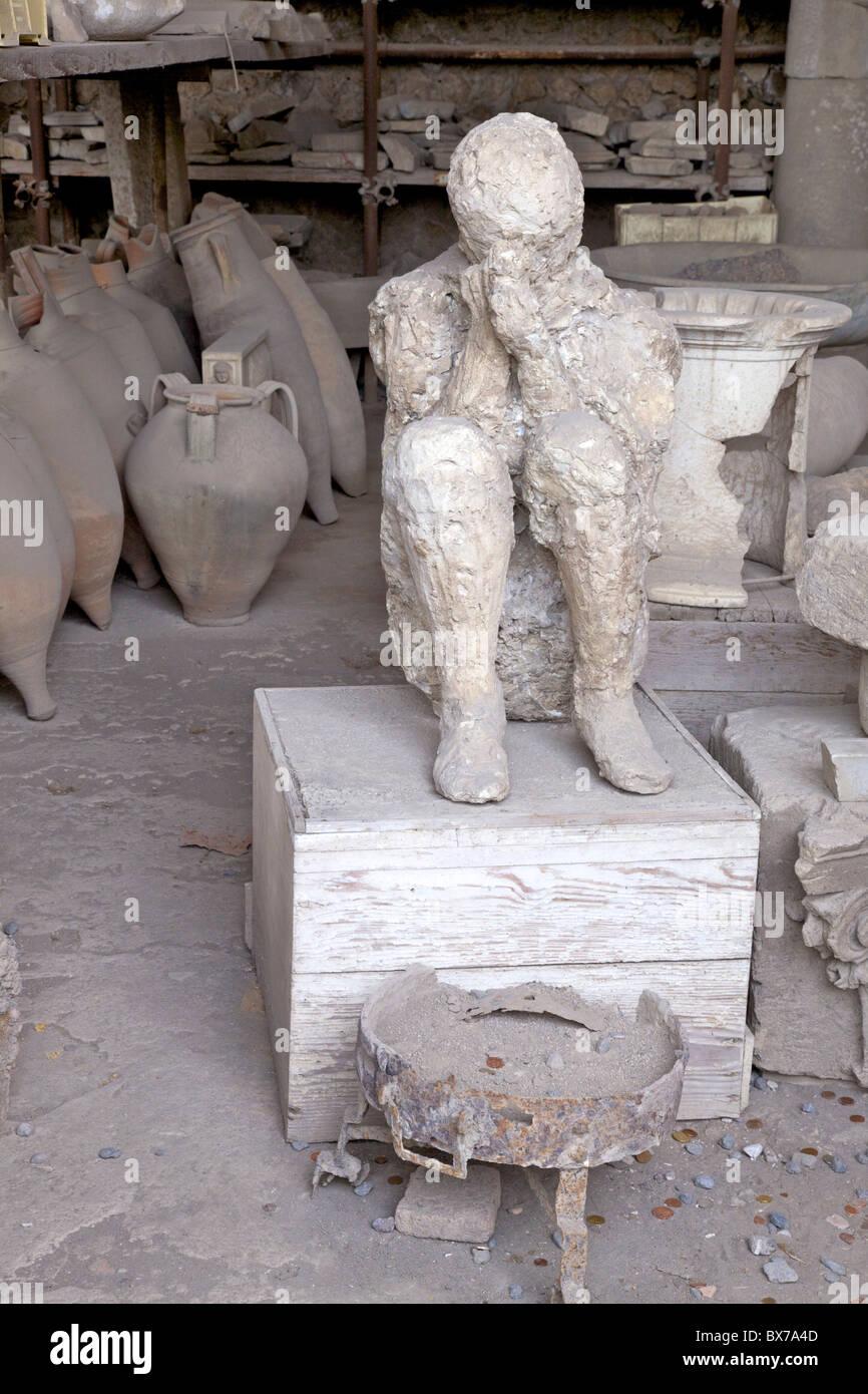 Horrea o Granai del Foro vivienda incluyendo reliquias arqueológicas de yeso de las víctimas de la erupción Imagen De Stock