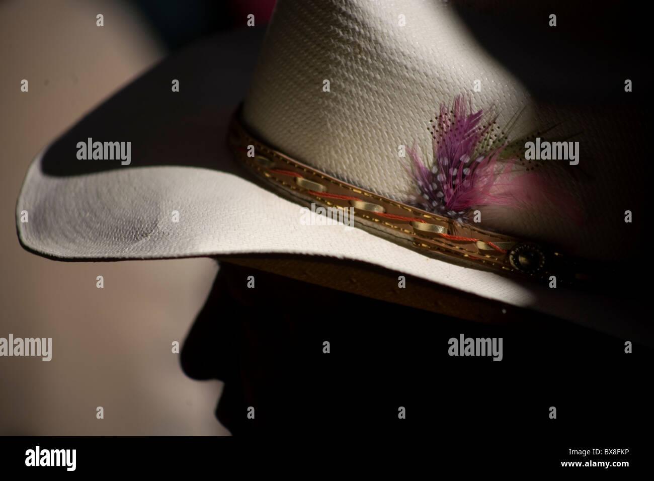 Plumas decorar un sombrero de vaquero de un espectador en el Campeonato  Nacional de charro en Pachuca 922fbf632ba