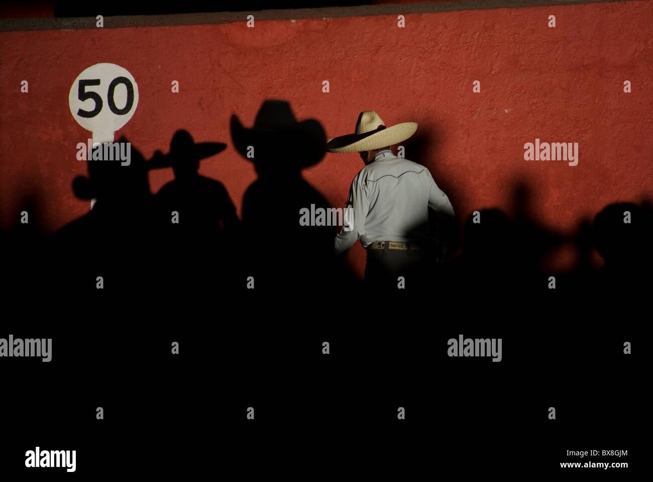 Un charro mexicano y espectadores asistir en el Campeonato Nacional de  charro en Pachuca d79c00335b7