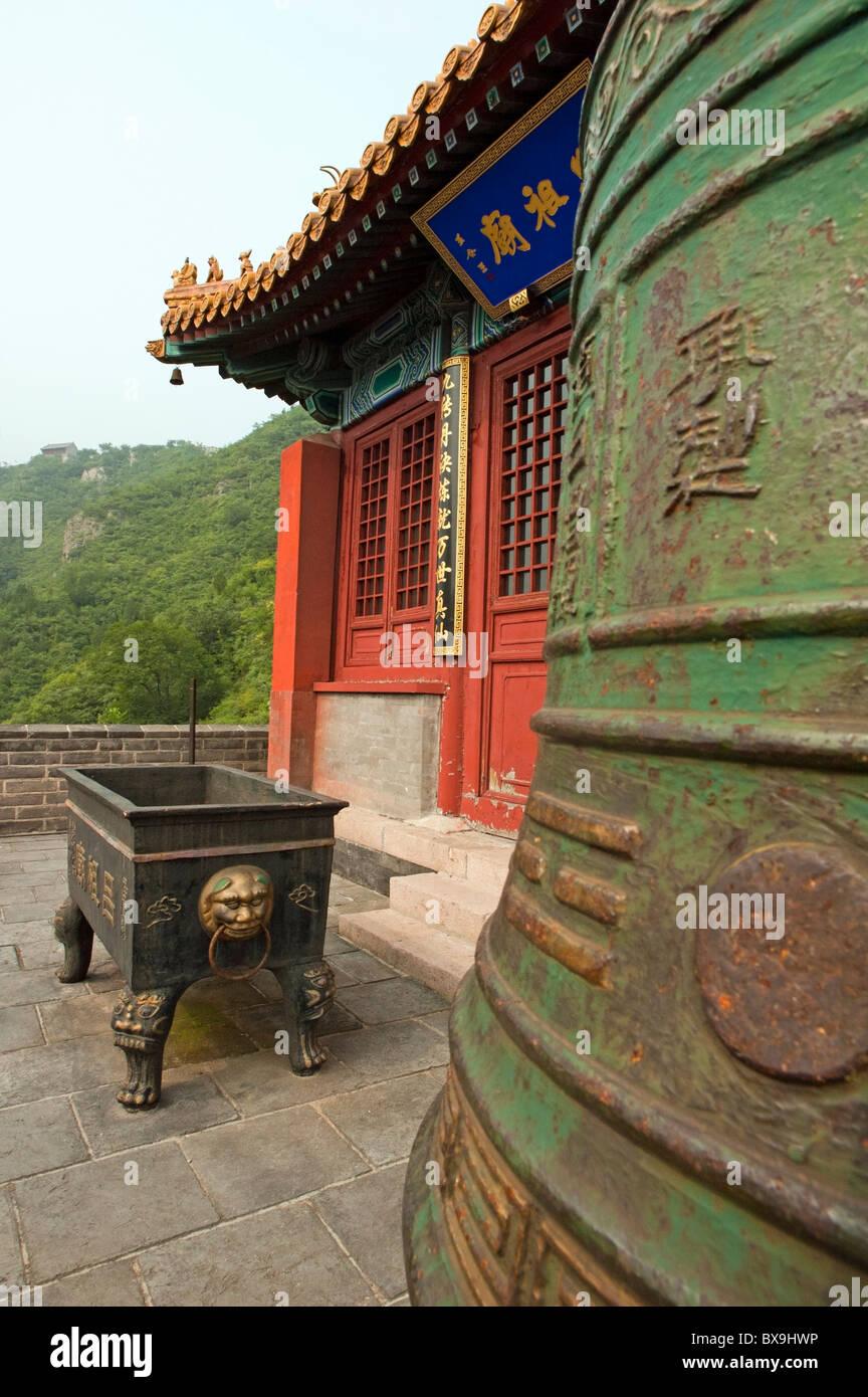Enorme campana de bronce fuera un pabellón en la Gran Muralla, Juyongguan Gate cerca de Badaling, China. Foto de stock