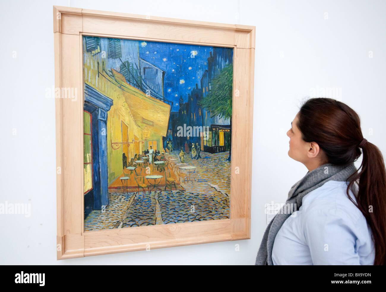 Mujer Mirando La Pintura Terraza De Un Café Por La Noche