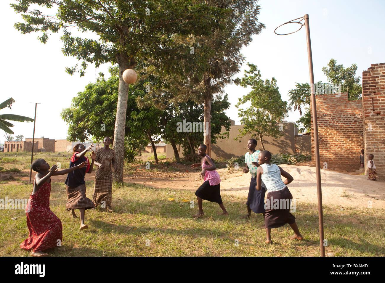 Las adolescentes jugar baloncesto en Igamba Village, distrito de Iganga, en el este de Uganda, en el África Imagen De Stock