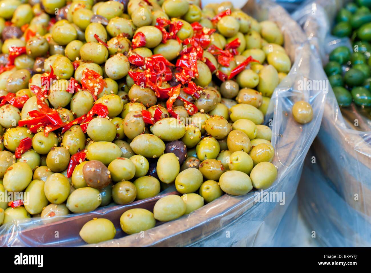 Aceitunas verdes con pimientos rojos picantes Foto de stock