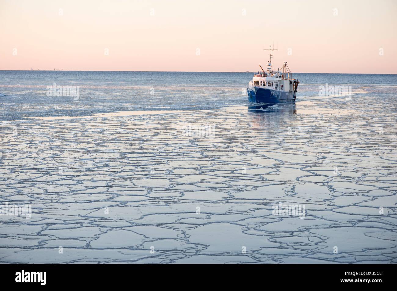 Arrastrero sobre mar congelado Foto de stock