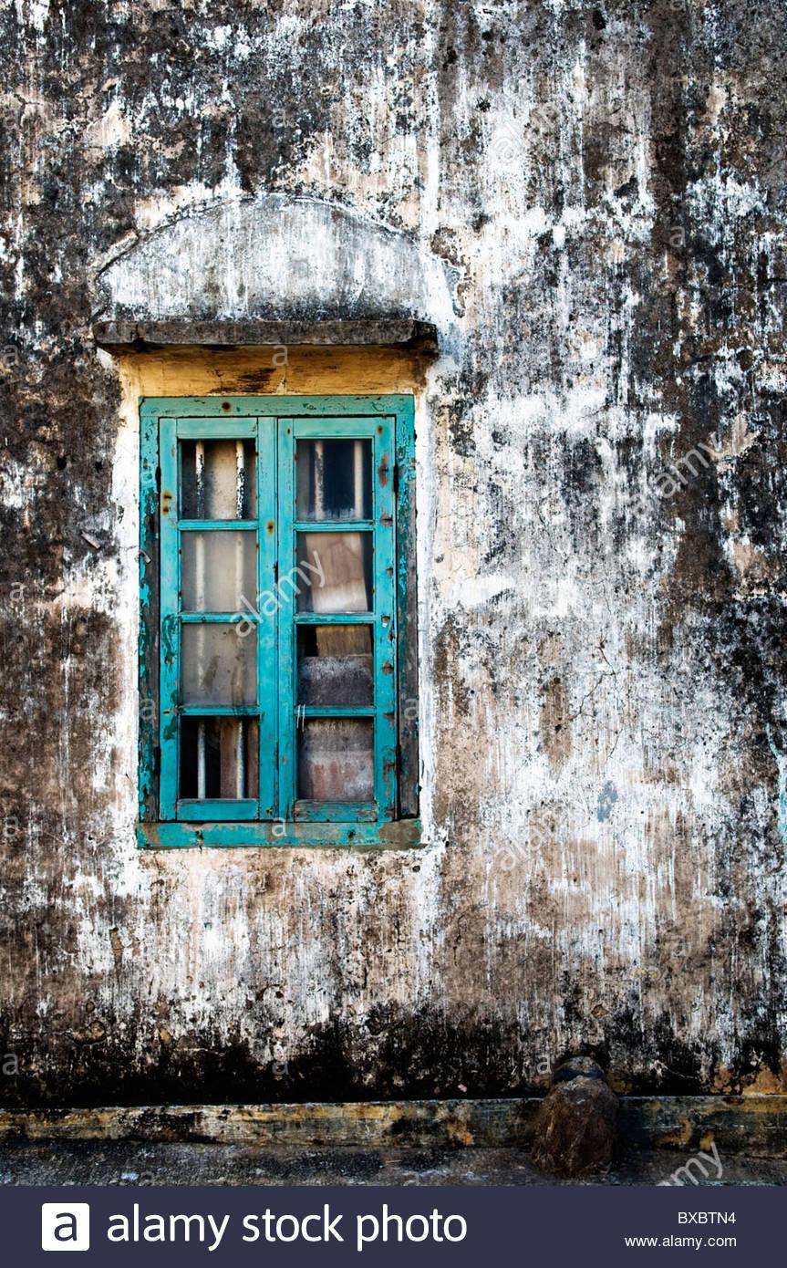 Coloridas de madera en el lateral de la ventana de una casa de pueblo Hakka Hong Kong Imagen De Stock