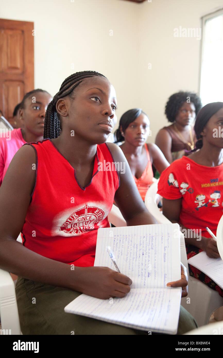 Los voluntarios de salud comunitarios asistir a una capacitación en Monrovia, Liberia, África occidental. Imagen De Stock