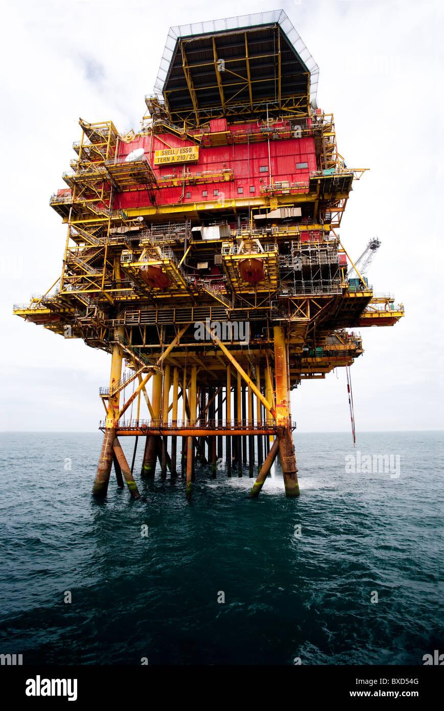 Girar una plataforma de producción de petróleo Imagen De Stock