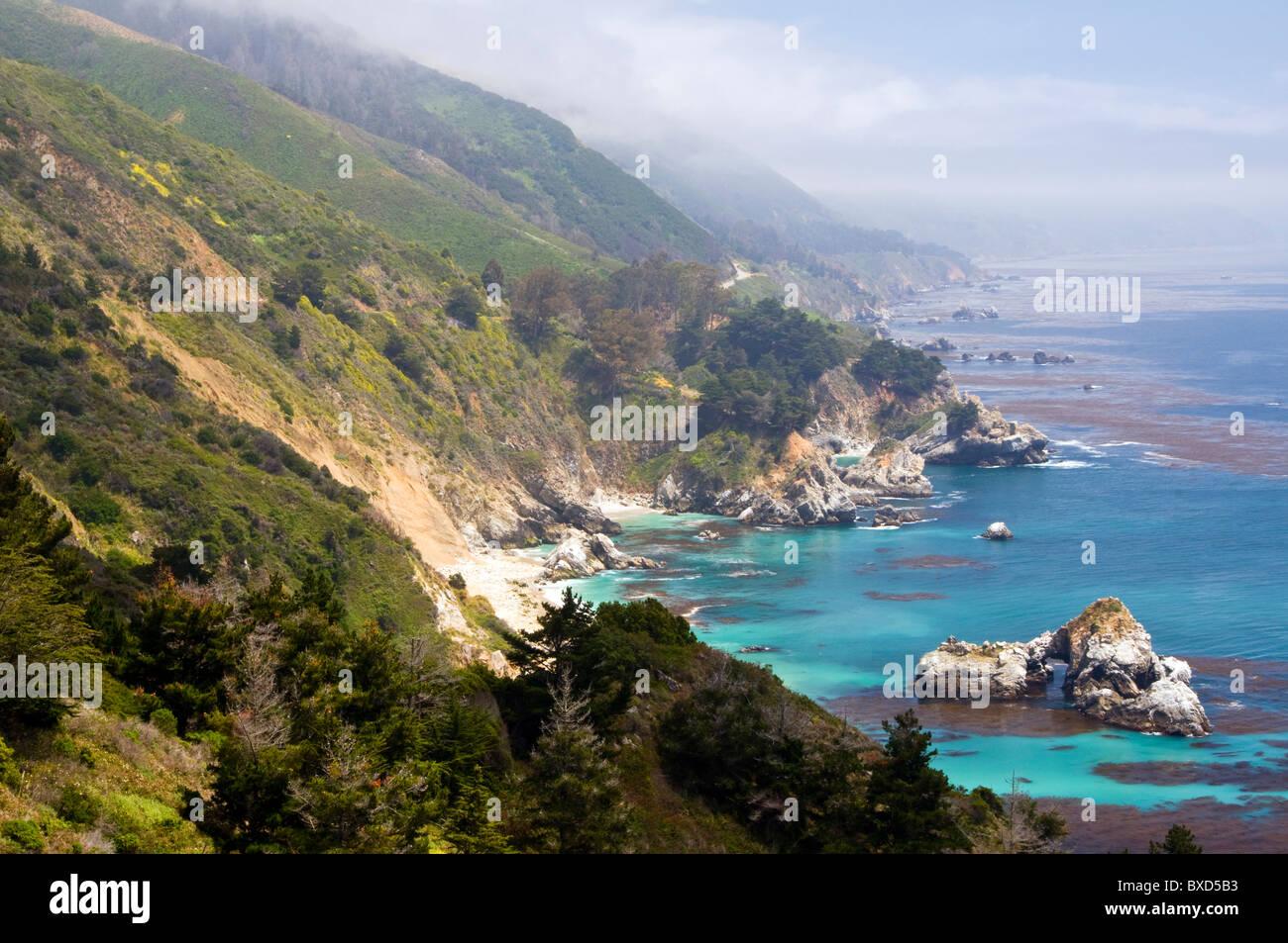 Mirando al sur por la famosa costa de Big Sur, en California de la histórica y pintoresca autopista 1. Foto de stock