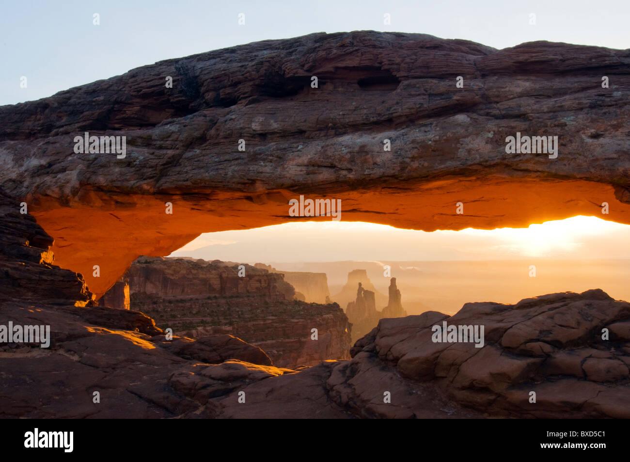 Amanecer en el Mesa Arch en el Parque Nacional Canyonlands, en Utah. Imagen De Stock