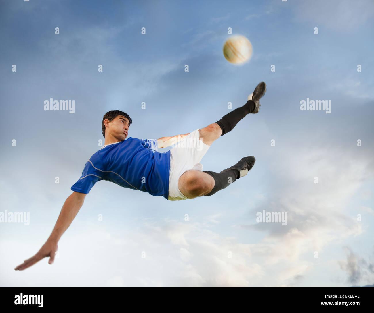 Jugador de fútbol chutar un balón Foto de stock