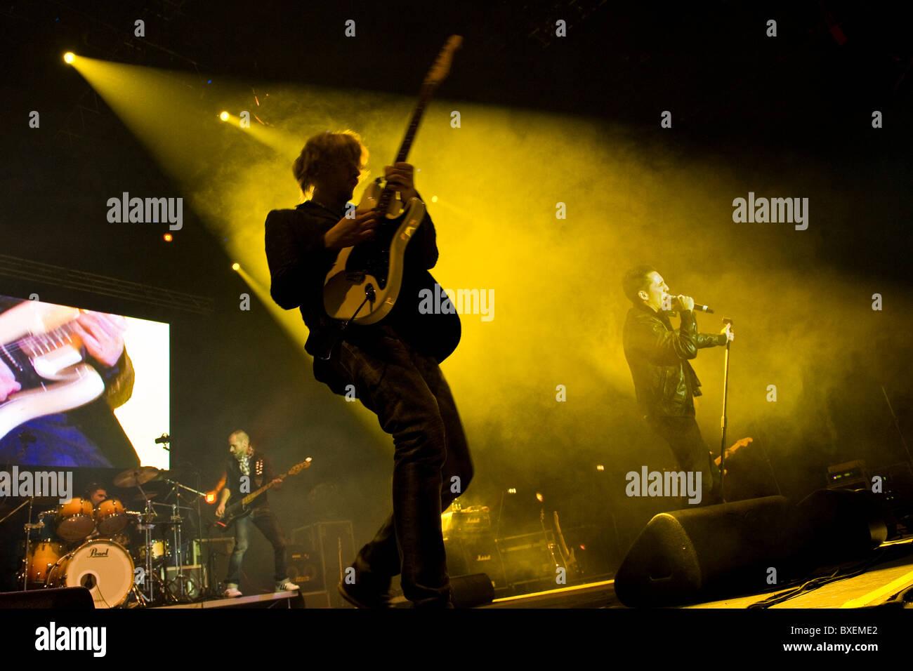 """Guitarra Diego Arrigoni, Moda en concierto, el Palasharp """", Milán, Italia (18.12.2010). Imagen De Stock"""