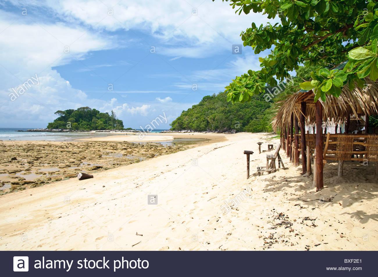 Bar de playa en la playa de Paya, la isla de Pulau Tioman, Malasia, Sudeste Asiático, Asia Foto de stock