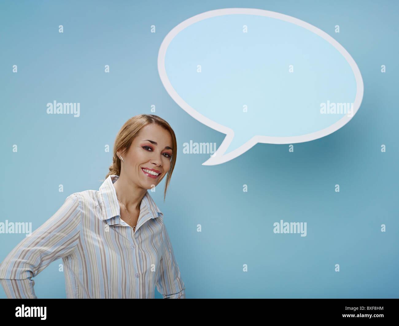 Mujer con pensamiento burbuja. Espacio de copia Foto de stock