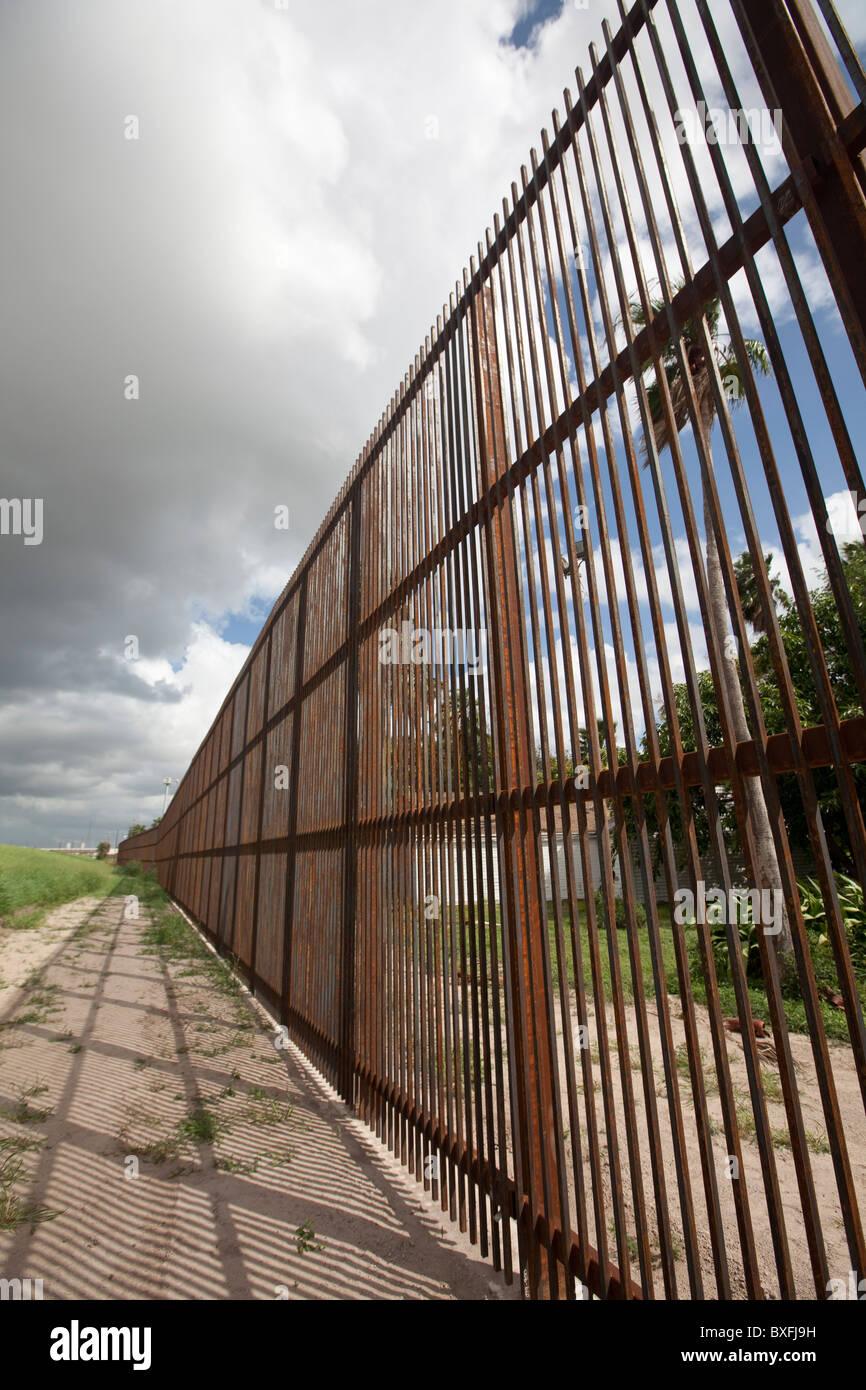 Una sección de20 metros de altura de hormigón y acero de la pared fronteriza entre Estados Unidos y México en Brownsville, Foto de stock
