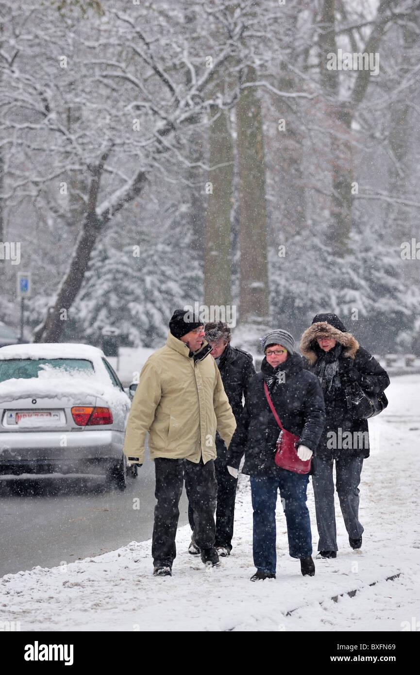 Los peatones caminar sobre superficies resbaladizas en invierno en la nieve, Bélgica Imagen De Stock