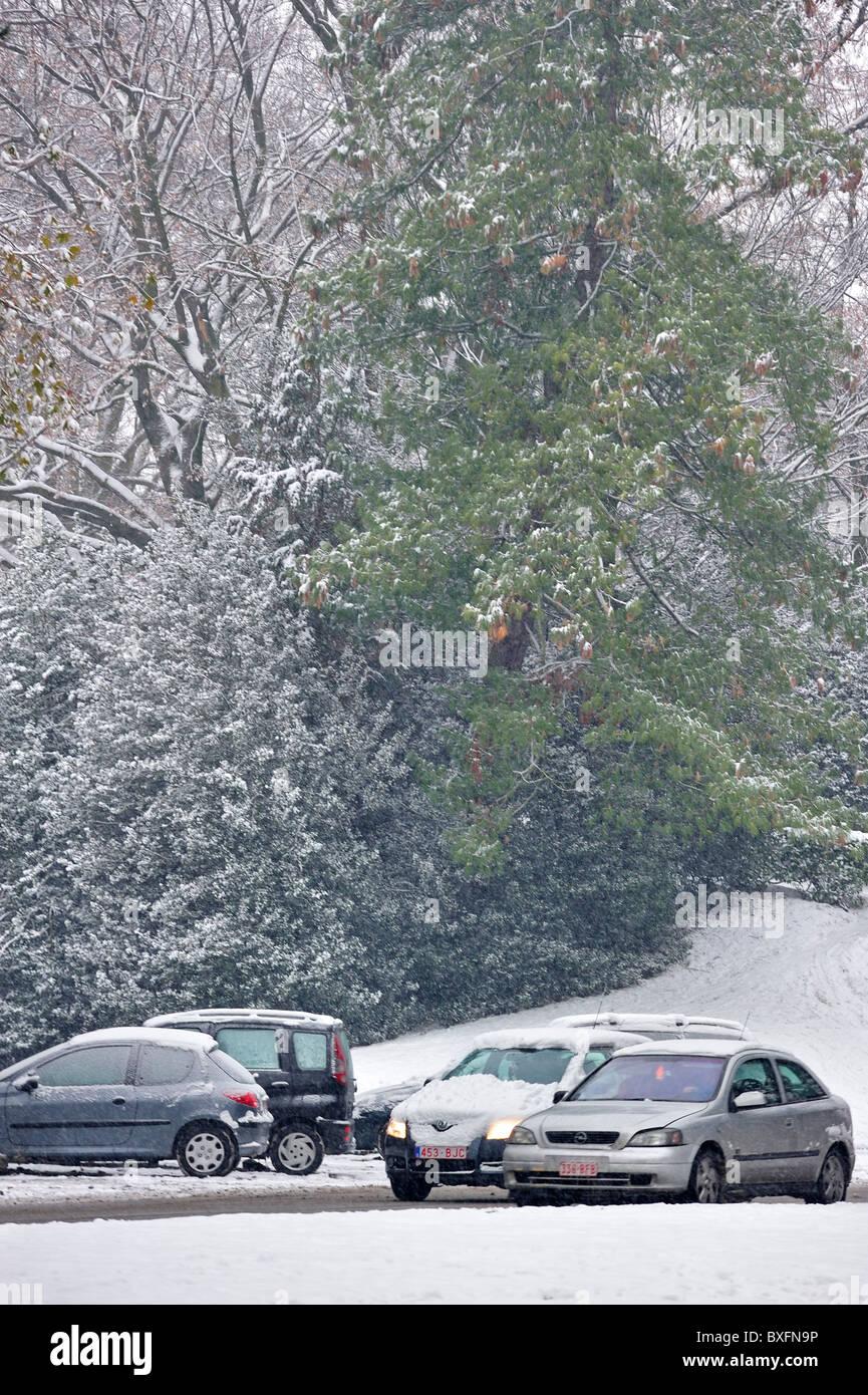 Automóviles circulando en carretera resbaladiza en invierno en la nieve, Gante, Bélgica Imagen De Stock