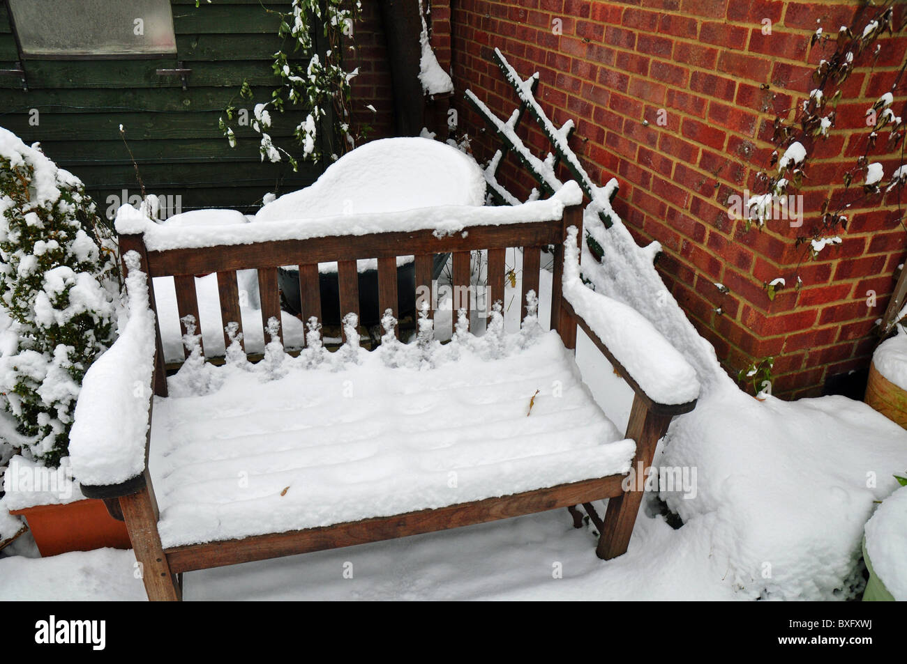 Ascot, Berkshire, Inglaterra: muebles de jardín cubierto de nieve ...