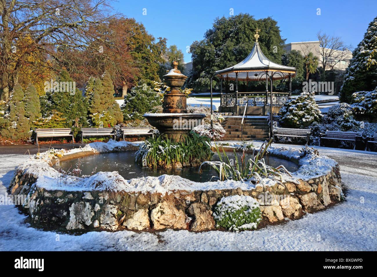 El quiosco y una fuente de agua en Truro la Victoria Gardens Imagen De Stock