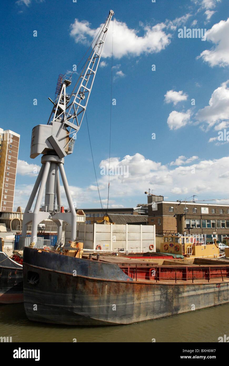 Agregado y una barcaza grúa sudoriental de Greenwich, Londres, Gran Bretaña. Imagen De Stock