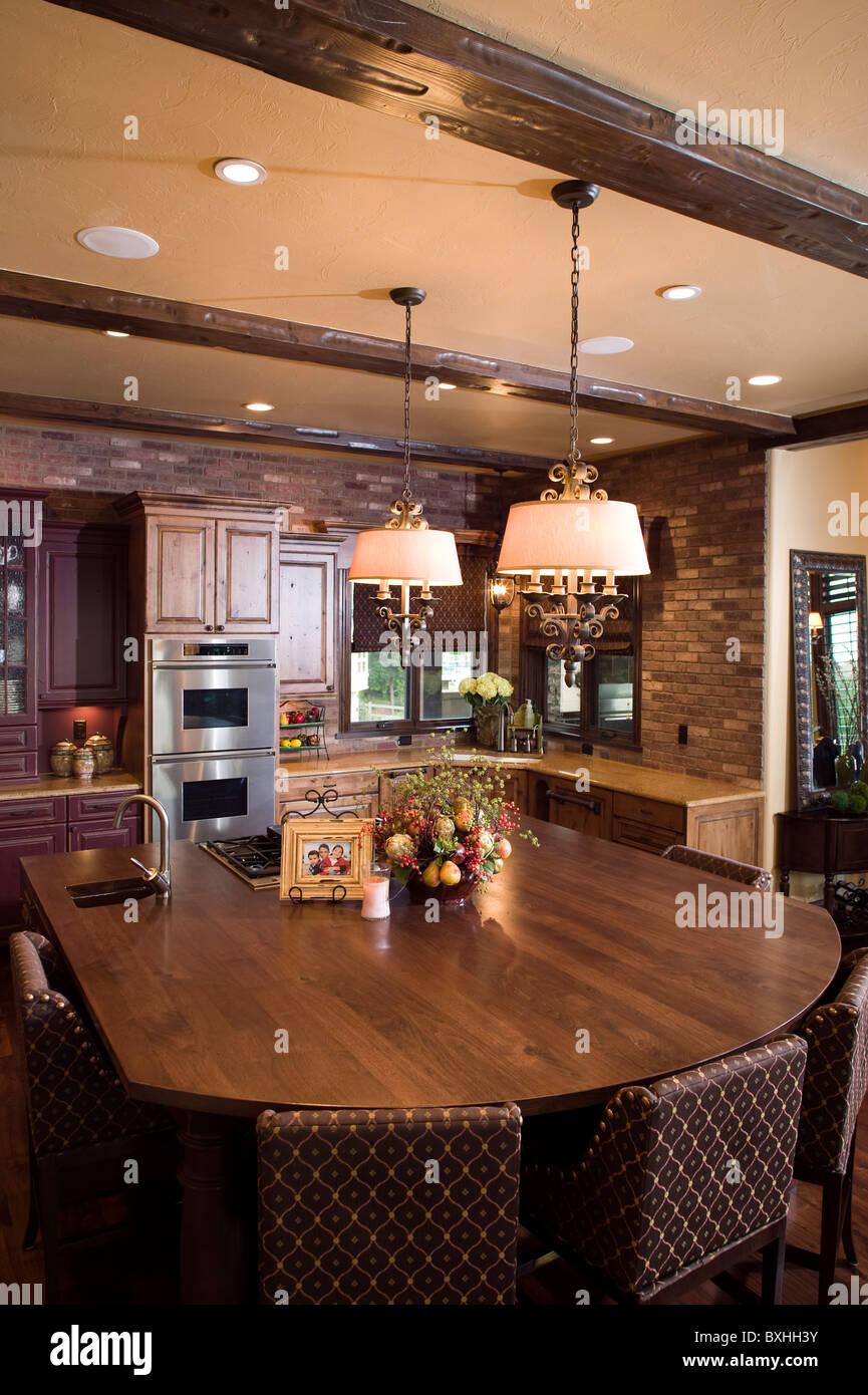 Casa de lujo personalizadas Colorado mesa de comedor y cocina. Fort Collins, Colorado, Estados Unidos. Imagen De Stock