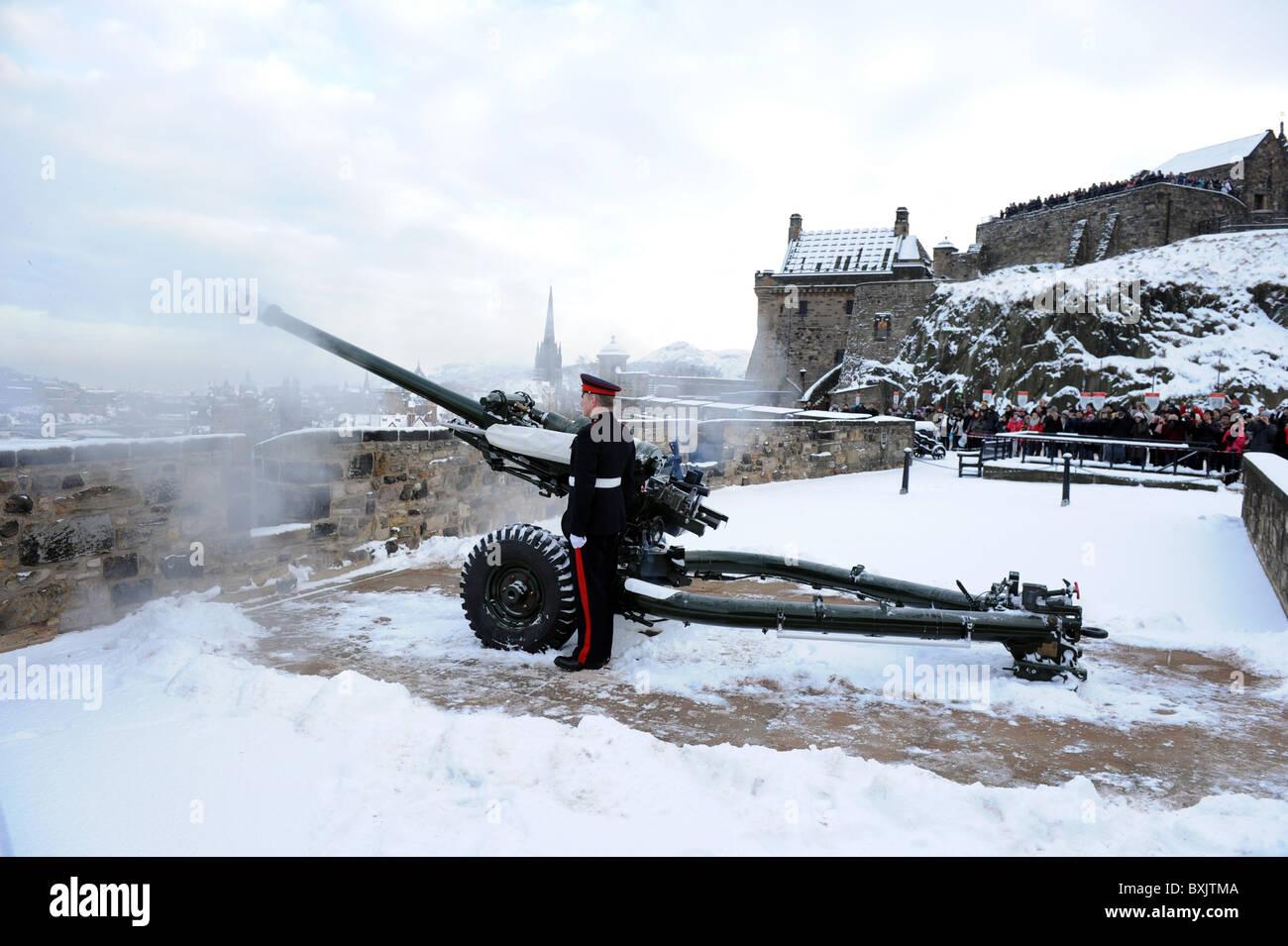 El One o'clock Gun que se dispararon en el Castillo de Edimburgo, la pistola se disparó cada día, Imagen De Stock
