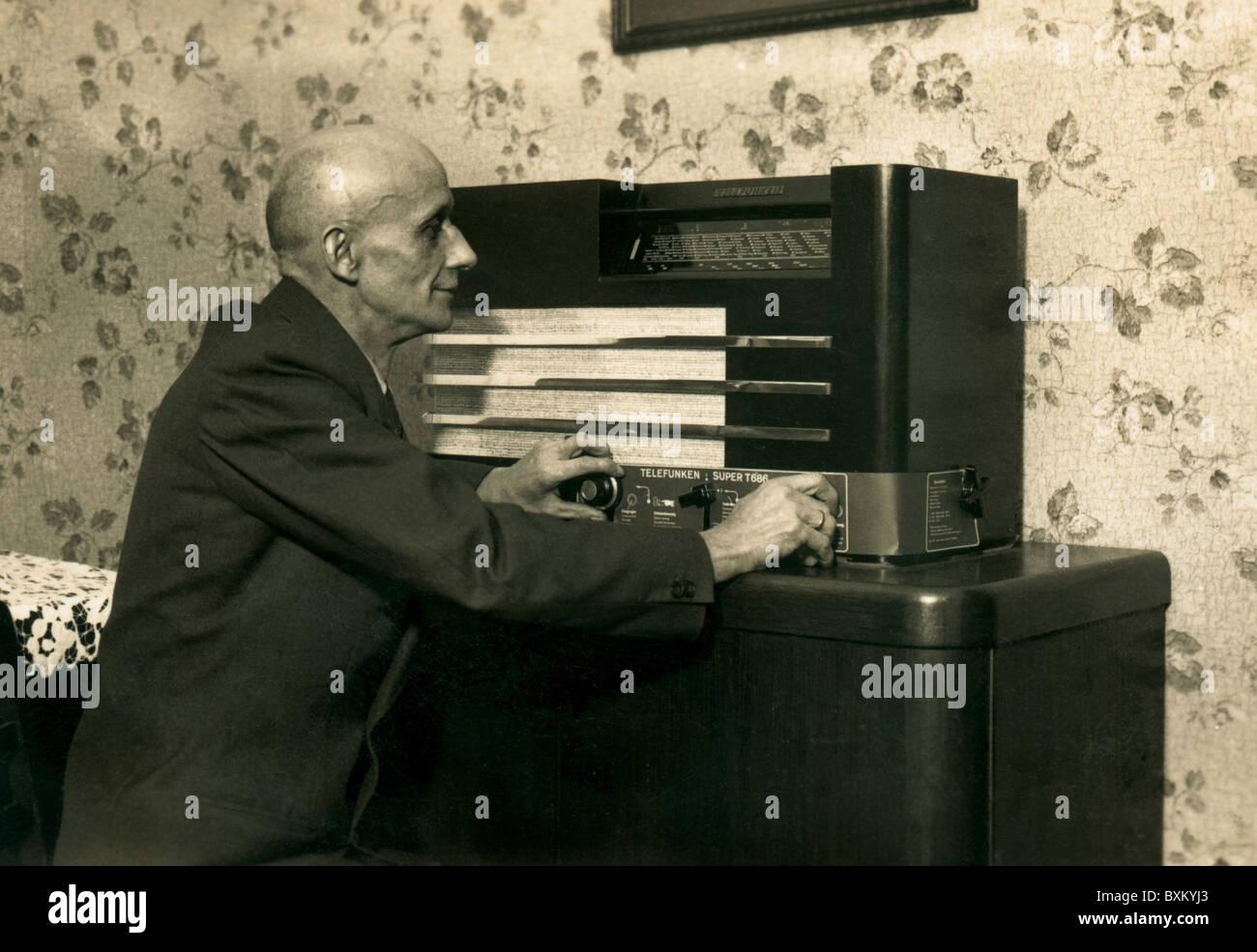 Emisión, radio, escucha con su radio Telefunken T 686, Alemania, 1936, 1930s, 30s, siglo xx, histórico, Imagen De Stock