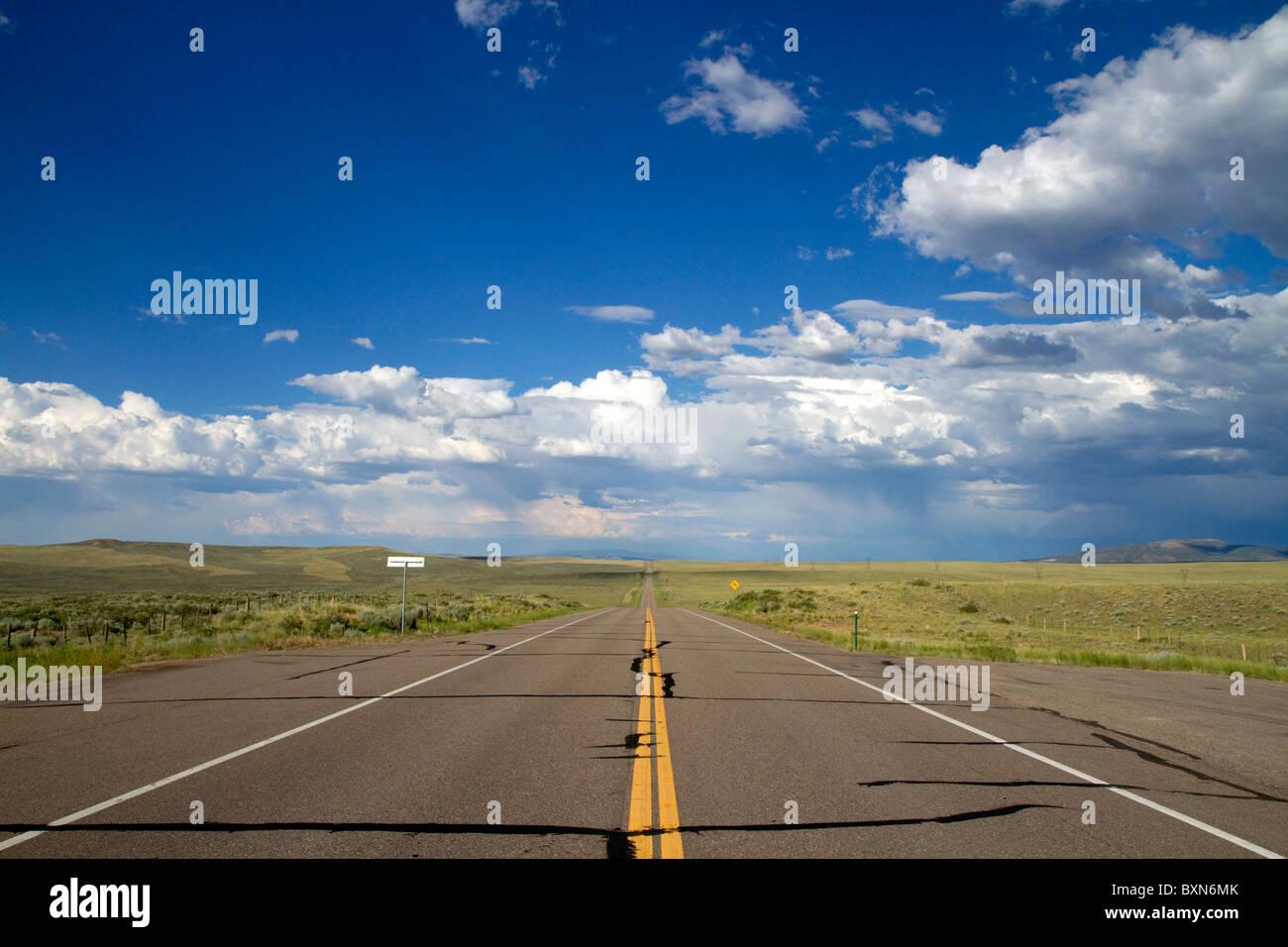 Camino abierto en EE.UU. Ruta 40 en el oeste de Colorado, Estados Unidos. Foto de stock