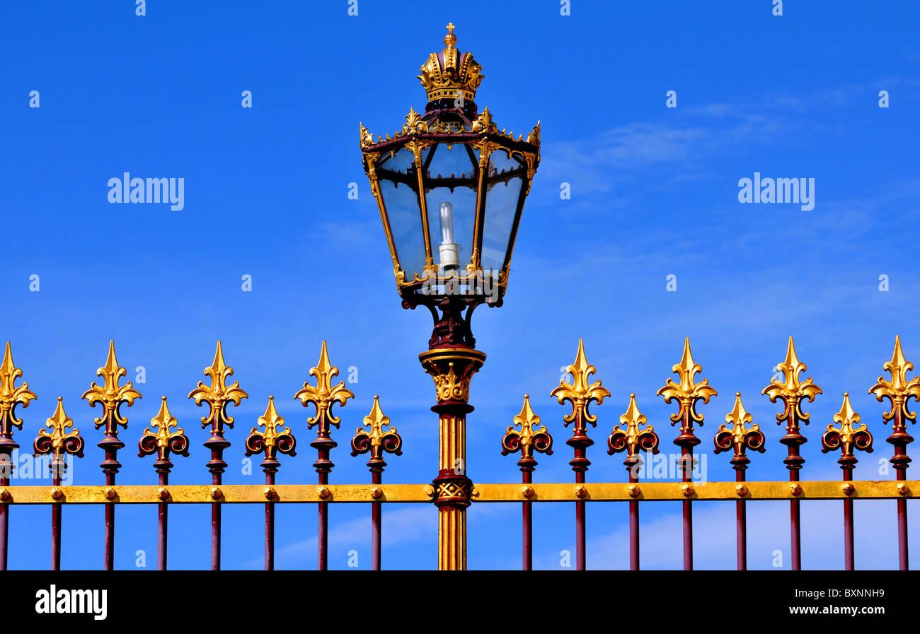 Viena, Austria, cerca de barandillas y ornamentadas lámpara en el Palacio Hofburg, Viena, Austria Imagen De Stock