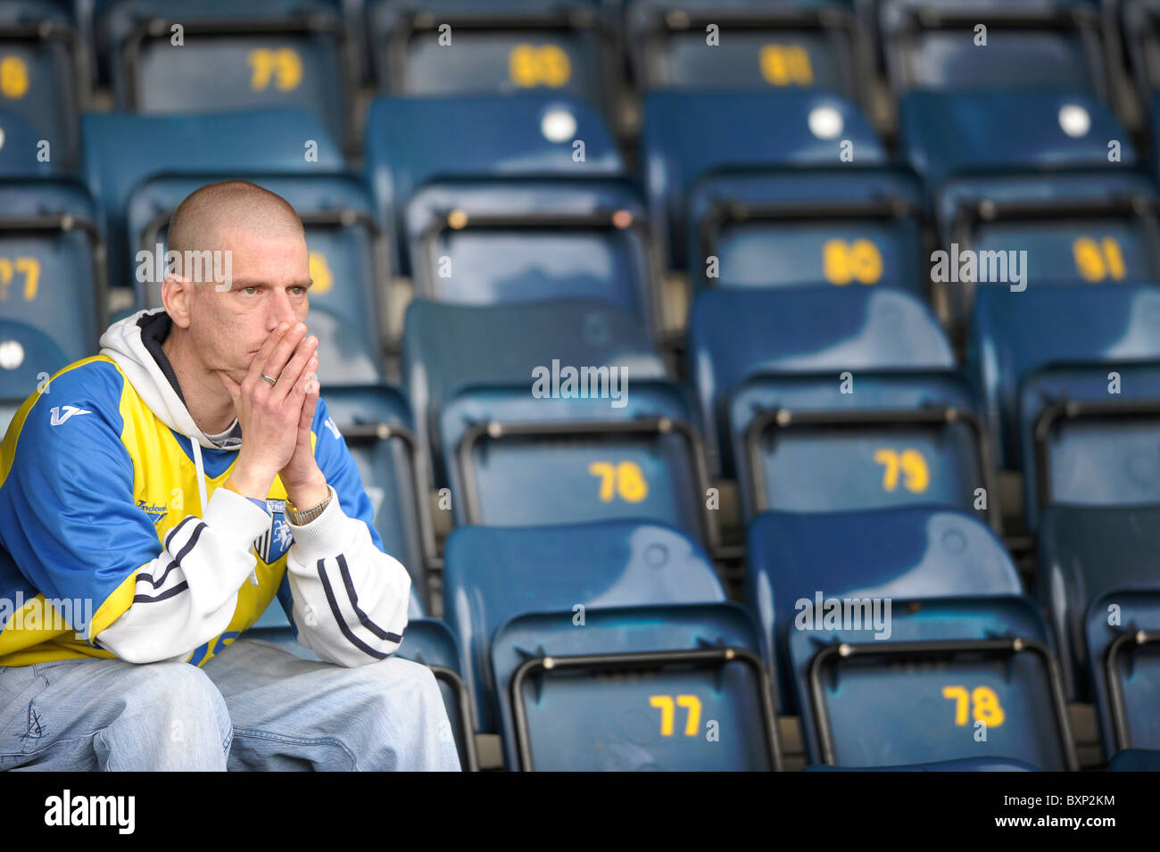 Gillingham fan se sienta sola en el pie después de la relegación de Coca-Cola Liga 1 juego en Adams Park, Imagen De Stock