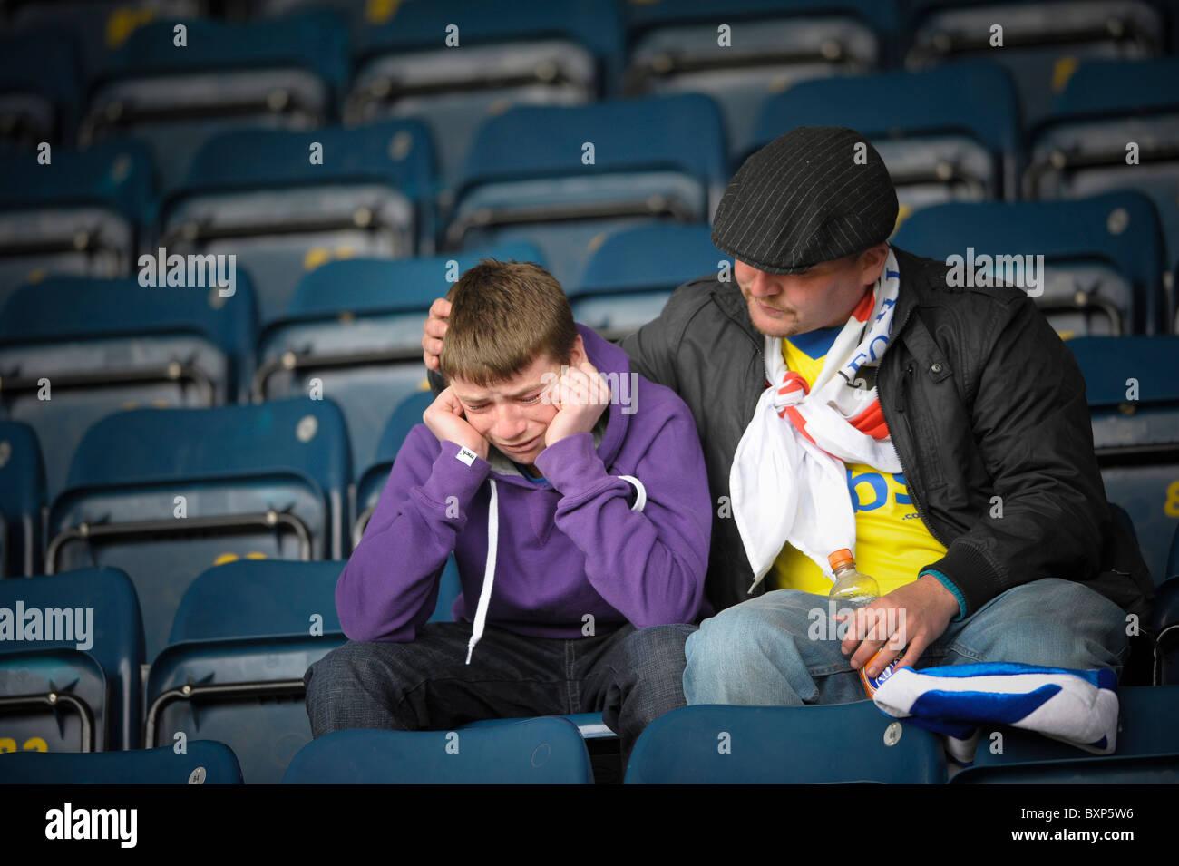 Gillingham fan llora mientras está consouled después de la relegación de Coca-Cola Liga 1 juego en Imagen De Stock
