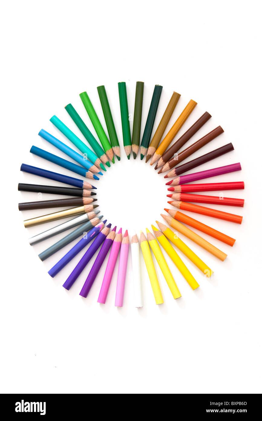 Juego de lápices formando una rueda de colores. Imagen De Stock