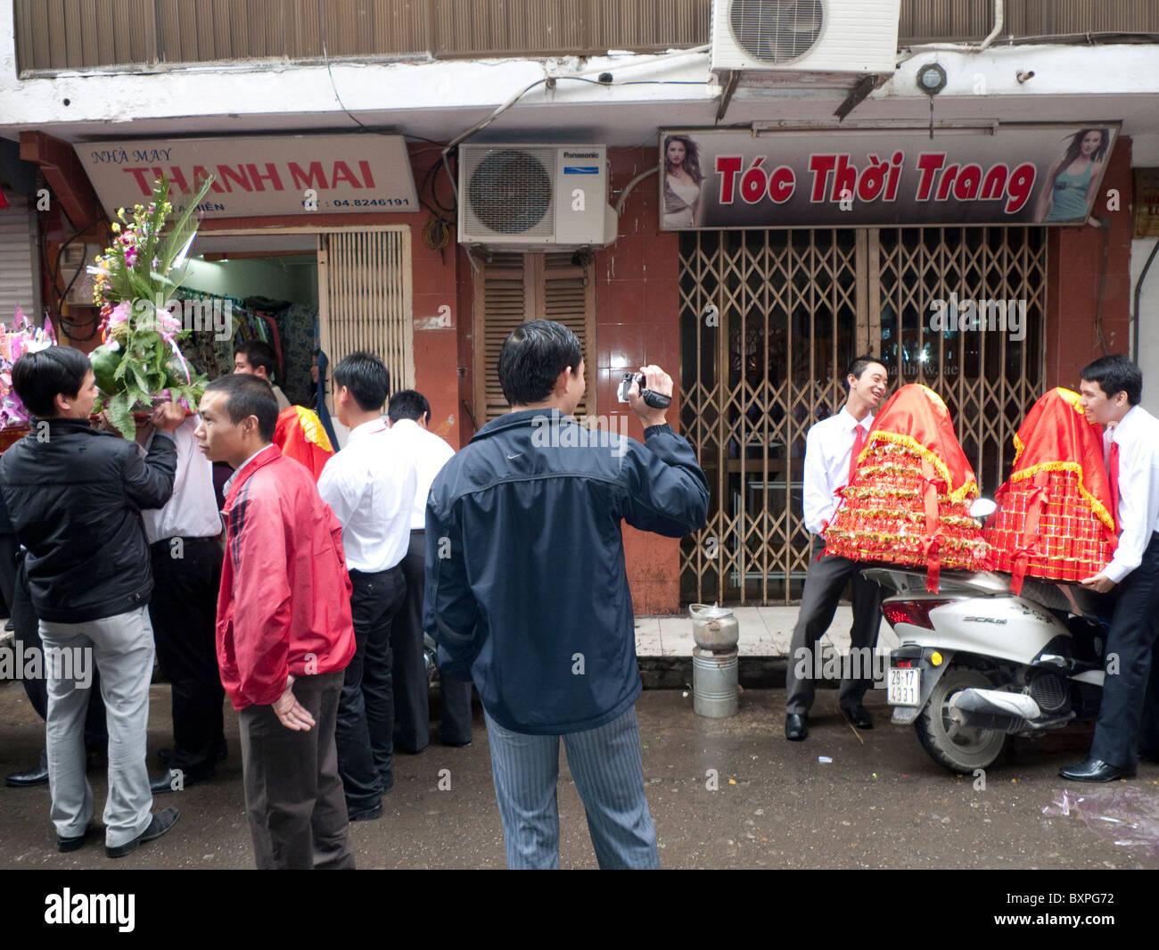 Hombres que llevaban celebraciones de bodas Imagen De Stock