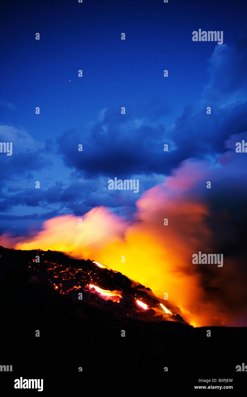 El flujo de lava del volcán Kilauea la erupción en la isla más grande de Hawai que fluye en el Pacífico Imagen De Stock