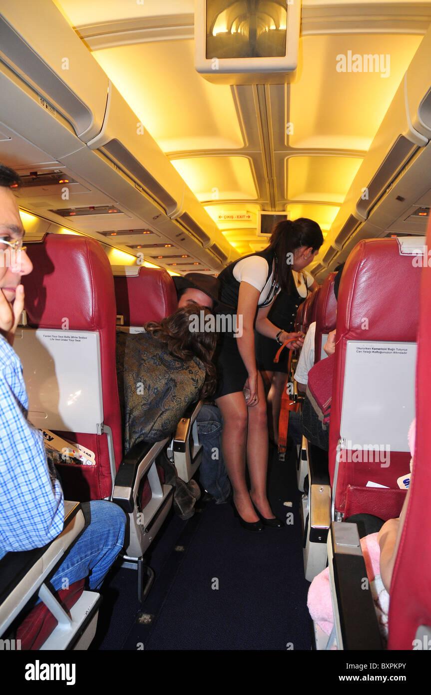 La tripulación de cabina y los pasajeros a bordo de un vuelo de Sky Airlines a Antalya, Turquía de Tel Aviv. Foto de stock